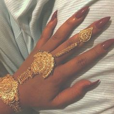 Find images and videos about nails, gold and jewelry on We Heart It - the app to get lost in what you love. Hand Jewelry, Cute Jewelry, Body Jewelry, Jewelry King, Piercings, Pretty Nails, Girly Things, Jewelery, Nail Designs