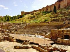 TEATRO ROMANO (Málaga) - Un edificio de uso civil iniciado por Augusto en el siglo I a. C., que ha sido utilizado hasta el siglo III