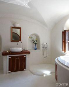 The simple yet stunning bathroom of a home in Santorini. Bathroom Mirror Design, Best Bathroom Vanities, Bathroom Mirrors, Vanity Mirrors, Bathroom Inspo, Master Bathroom, Greek House, Greek Design, Tadelakt