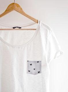 Rajouter une poche (ou un col, ou n'importe quoi) sur un t-shirt trop simple avec un tissu imprimé et des bandes de thermocollant.