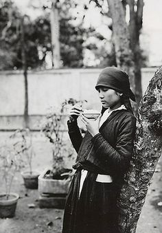 1919-26 Jeune Tonkinoise mangeant le riz