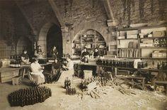 La família de Ferrater, dedicada a l'exportació de vins en l'empresa que havia fundat l'avi, gaudeix de benestar econòmic.
