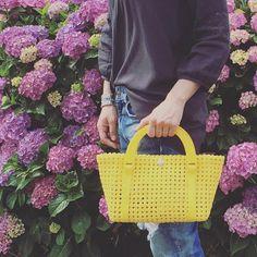 黄色の石畳みミニカゴバッグ完成!! 公園に来たら紫陽花がすごく綺麗に咲いてた♡ #紫陽花#黄色#公園#飾りボタン#大塚屋#石畳カゴ#石畳編み#クラフトバンド #紙バンド #hydrangea#イエロー#yellow#6月#june#カゴ#カゴバック#basket#basketbag#craft#ecocraft #basket #ハンドメイドカゴ #handmade #handmadbasket#石畳み編み#四つ畳み編み 石畳みの編み方をyoutubeにアップしています。 I uploaded how to make ishidatami in youtube
