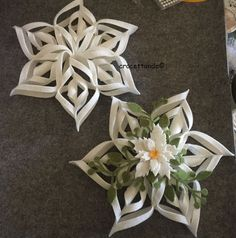 Coolest DIY Snowflakes you can make easily Quilling Christmas, Felt Christmas Ornaments, Christmas Star, Christmas Decorations, How To Make Snowflakes, Paper Snowflakes, Haloween Craft, Felt Flowers, Crochet Flowers