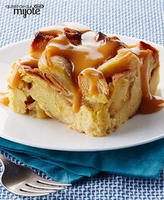 Slow-Cooker Apple Bread Pudding with Warm Butterscotch Sauce -- This dessert recipe is one of the more scrumptious things you could make in your slow cooker. Start unwrapping the caramels! Read Recipe by kraftrecipes Crock Pot Desserts, Slow Cooker Desserts, Just Desserts, Delicious Desserts, Dessert Recipes, Apple Desserts, Raisin Bread Pudding, Bread Pudding With Apples, Bread Puddings