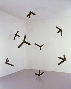 "Tom Friedman - ""Open Black Box"" (2006) - installatie in zwart karton 348 x 348 x 348 cm Tom Friedman - ""Untitled"" (2000) - constructie in..."