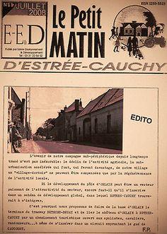 """Fabrice PLOUVIER  Il y a 30 ans j'ai posé mon barda à Estrée-Cauchy, dans le Pas de Calais. Aujourd'hui je me demande encore si j'ai bien fait… J'habite là à droite sur la photo. On a ravalé depuis. La course cycliste c'est les 4 jours de Dunkerque; il y a un peu de monde sur les cotés pour voir les géants de la route. On a sorti la banderolle """"BIENVENUE A ESTREE CAUCHY"""".Le PETIT MATIN, c'est mon journal. En fait je suis plûtot du soir…"""