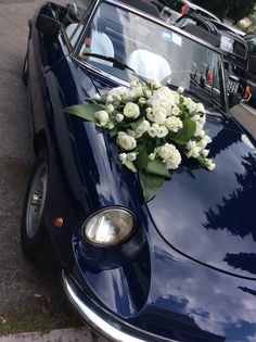Elegante #blueweddingcar con #floraldecorations.