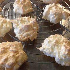 Kokosmakronen low carb / Ich back Kokosmakronen ohne Oblaten, denn die mag bei uns keiner. Man kann sie direkt auf das Backpapier setzen.@ de.allrecipes.com