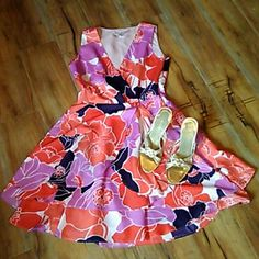 Banana republic size 6 Floral Pattern dress with Hues of Orange lavender and cream. You will look amazing in this figure-flattering dress. It flares out at the bottom it has pockets it's in great condition. Banana Republic Dresses Midi