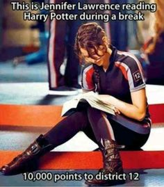 Jennifer Lawrence and Harry Potter. This is Jennifer Lawrence reading Harry Potter during a break. She is my idol! The Hunger Games, Hunger Games Memes, Hunger Games Trilogy, Hunger Games Fandom, Hunger Games Districts, Hunger Games Problems, Juegos Del Ambre, Doug Funnie, Tribute Von Panem
