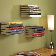 LIVROS = PRATELEIRA | coloque apenas um suporte na parede e empilhe livros criando prateleiras invisíveis. #lar #decoracao #apartamentos #Tecnisa