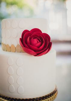 Modern white wedding cake inspiration | Charm CIty Cakes West | photo by Zoom Theory Photography | http://www.100layercake.com/blog/2013/07/19/modern-americana-wedding-inspiration/