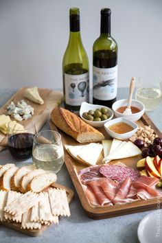 Meat and Cheese Board + Wine Pairing Tips # Food and Drink pairing Meat and Cheese Board and Wine Pairing- The Little Epicurean Wine And Cheese Party, Wine Tasting Party, Food Platters, Cheese Platters, Cheese Table, Charcuterie Cheese, Charcuterie Board, Comida Picnic, Tapas