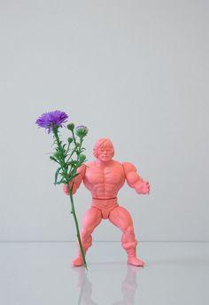 Todos a recuperar los muñecos de He-Man (yo tengo controlados los mios) y a comprar un spray de un color bonito. GO! Free work for everyone who likes action figures and flowers …   by OPEN STUDIO