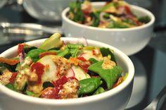 Uma pitanga na cozinha: Potinhos de salada: Espinafre, maça e crocante de presunto com molho de mostarda