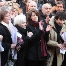 Line Renaud, les petits-enfants d'Annie, Lola et Renato, quittant l'église Saint-Roch à Paris où se sont déroulées les obsèques d'Annie Girardot...