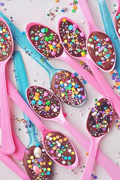 Chocolate Spoons with Sprinkles and Jelly Beans Valentinstag Party, Sprinkles Recipe, Cookie Decorating Party, Chocolate Spoons, Hot Chocolate, Melted Chocolate, Dessert Chocolate, Delicious Chocolate, Sprinkle Party