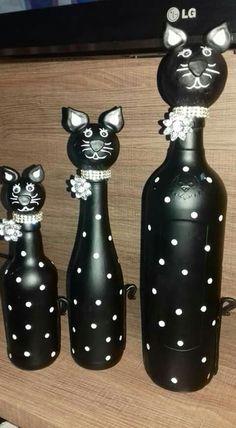Painted Glass Bottles, Glass Bottle Crafts, Wine Bottle Art, Diy Bottle, Old Liquor Bottles, Pottery Animals, Christmas Wine Bottles, Wine Craft, Cat Decor