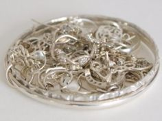 Clean Silver with Foil - aluminum foil, baking soda, salt, and boiling water - step by step Clean Gold Jewelry, Keep Jewelry, Silver Jewelry, Jewelry Making, Silver Rings, Silver Bracelets, Vintage Jewelry, How To Clean Silver, Clean And Shiny