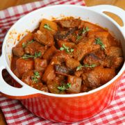 Pittige rundvleesstoofpot - http://www.mijnreceptenboek.nl/recept/hoofdgerechten/vlees/pittige-rundvleesstoofpot.html#
