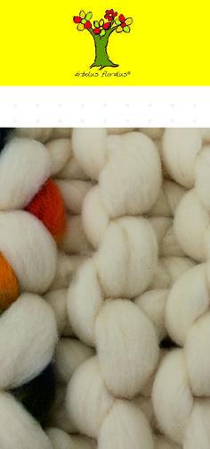 Alfombra tipo pie de cama, tejida a mano a dos agujas jumbo, se utilizó lana merino natural y merino tintada medidas 80 x 40 cm de diámetro. Creación de árbolus floralus. arbolusfloralus@g..., Whatsapp 634344518