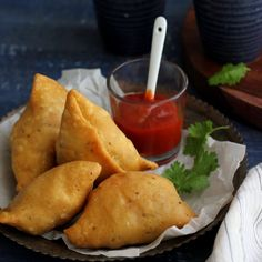 (Just swap ghee for earth balance or similar and good to go!) Samosa (Savory Puffed Pastry) - The ultimate street food to enjoy during monsoon and winters Indian Snacks, Indian Food Recipes, Empanadas, Chicken Tikka Masala Rezept, Samosa Recipe, Vegetarian Snacks, Indian Street Food, Chaat, International Recipes