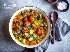 Lämmittävä ja värikäs keitto juureksilla, paprikalla, tomaatilla ja pavuilla. Chana Masala, Ethnic Recipes, Food, Red Peppers, Essen, Meals, Yemek, Eten