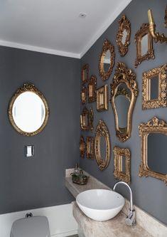 Il piacere di stare in casa, avvolti in tessuti preziosi, morbidi e spessi, si traduce in un outfit oro a cui piace l'accostamento con i colori pastello e, in questo caso, con il grigio