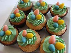 Himmelske kager: Dejlige cupcakes med marcipan og mandler - og med børne-nem påskepynt