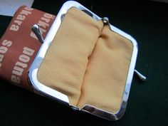 Singeri soikoon: Kännykkäkukkaro ja kukkaronkehykset Lunch Box, Purses, Sewing, Wallets, Diy, Bag, Handbags, Dressmaking, Couture