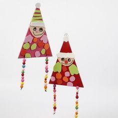 Hjemmelavede nisser af træflag og pyntet med mosgummi og perler. Nem idé som børn kan lave.