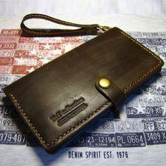 Оригинальный клатч ручной работы кожи высочайшего качества темного шоколадного оттенка, содержащий три отделения для бумажных купюр и документов, шесть слотов для платежных карт , карман для монет, карман для паспорта, билета или календаря. Кошелек закрывается на кнопке-застёжке, прошит вручную седе