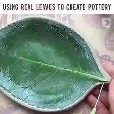 Picture only-air dry clay, paintedPin by Joceline FGL on cimento arteUsing Real Leaves to Decorate Pottery Credit: Piper Pottery + Crafts Hand Built Pottery, Slab Pottery, Diy Home Crafts, Diy Arts And Crafts, Diy Clay, Clay Crafts, Ceramica Artistica Ideas, Cerámica Ideas, Pottery Handbuilding