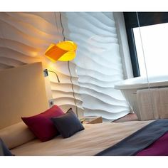 Lámpara de techo Nut de Luzifer, una lámpara realizada a mano en chapa de madera, lo que otorga una gran calidez a cualquier ambiente. Simboliza un gran nudo de madera.