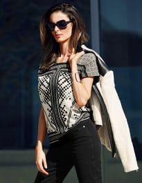 Blusenshirt mit rundem Ausschnitt und kurzen Ärmeln #madeleinefashion Trends, Cool Tees, Elegant, Blouse, Polo Shirt, Curvy, Bell Sleeve Top, Short Sleeves, Beautiful Women