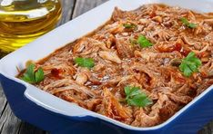Tinga de pollo con salsa de chiles secos Tiempo: 25 min. aprox. Porciones: 4 aprox. Ingredientes 1 pechuga de pollo cocida y deshebrada cebolla cortada en medias lunas 2 hojas de laurel 4 jitomates asados cebolla asada 2 dientes de ajo 3 chiles guajillos asados y remojados sin venas ni semillas 2 chiles anchos asado y remojados sin venas ni semillas 1 taza de caldo de pollo 1 cucharadita de orégano 1 pizca de tomillo Preparación 1. LICUA los jitomates con el caldo la media cebolla?
