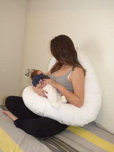 Se você é como a maioria das pessoas, um travesseiro durante a noite não é o suficiente.  E, se você está grávida precisa de mais traveseiros ainda... A almofada para gestante e bebê da Sweet Mama tem formato adequado para seguir o contorno natural e a forma do seu corpo da cabeça aos pés. Perfei...
