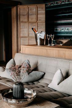 Hier ist jedes Detail mit Bedacht gewählt, hier steckt in jedem Raum eine Extraportion Liebe. Warum das so ist? Weil das Forsthofgut nicht einfach nur ein Hotel, sondern ein Zuhause sein soll - fernab vom Alltag. Unsere Chaletsuite Landleben verbinden ausgesuchten Luxus mit Naturgefühl. Couch, Living Room, Design, Furniture, Home Decor, Warm Paint Colors, Luxury, Home, Country Living