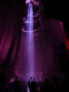Ruby Falls, y está dentro de un complejo de cavernas (Lookout Mountain) cerca de Rock City, en Tennessee, Estados Unidos