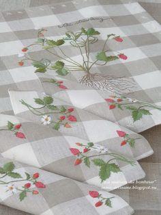 La maison du bonheur: Strawberry cheesecake napkins and royal.
