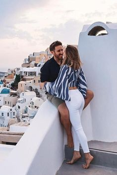 Lovers in oia, santorini, greece rich couple, love couple, cute relationship goals Honeymoon Outfits, Vacation Outfits, Summer Outfits, Honeymoon Clothes, Europe Travel Outfits, Travel Outfit Summer, Photo Couple, Couple Shoot, Cute Couples Goals