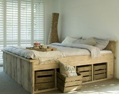 Steigerhouten bed met oude fruitkistjes Door sh19 - I think this says made out of pallets