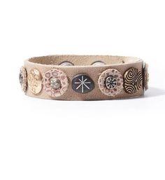 Noosa Amsterdam Beige-Water Nymphs armband. Deze Noosa bracelet is handgemaakt in India van 100% leer. De Nymph collectie armband is voorzien van studs. De Noosa Amsterdam Nymph collectie is geïnspireerd op de Griekse halfgodinnen, Nymphen. Zij staan wereldwijd symbool voor het dragen van pure liefde en onbevangen vrouwelijke kracht. Beige.