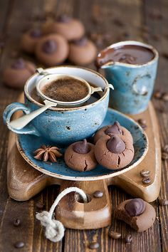 hot chocolate with cookies Chocolate Cafe, Hot Chocolate Cookies, Love Chocolate, Chocolate Lovers, Delicious Chocolate, Mini Desserts, Delicious Desserts, Yummy Food, Chocolate Caliente