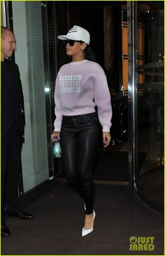 Rihanna girl, I need that sweater Rihanna Outfits, Rihanna Casual, Trill Fashion, Fashion Killa, Look Fashion, Fashion Outfits, Womens Fashion, Rihanna Street Style, Mode Rihanna