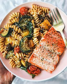 Happy Monday everyone! ❤️First dinner made in my new kitchen was this fusill… Happy Monday everyone! ❤️First dinner made in my new kitchen was this fusilli pasta cooked with cherry tomatoes, spinach, zucchini, yellow… Healthy Meal Prep, Healthy Snacks, Healthy Eating, Healthy Recipes, Clean Eating, Think Food, I Love Food, Plats Healthy, Aesthetic Food