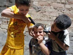 Crianças iraquianas que brincam de guerra. Foto: Patricia Gomes - O inferno existe - O preço da vida em um país em guerra