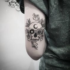 Skull Tattoos for Females: Skull Tattoos are also gaining popularity among women and men. Both sexes like skull tattoos to ink on their bodies. Floral Skull Tattoos, Tribal Tattoos, Small Skull Tattoo, Skull Tattoo Flowers, Skull Girl Tattoo, Flower Skull, Leg Tattoos, Arm Band Tattoo, Body Art Tattoos