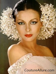 A romantic wedding headdress of tiny little flowers created by Alexandre for Givenchy, photo by Patrick Bertrand, 1977 Wedding Headdress, Floral Headpiece, Wedding Veils, Wedding Flowers, 70s Fashion, Fashion Models, Vintage Fashion, Givenchy, Pelo Vintage